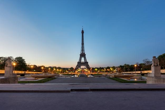 Alba nella torre eiffel a parigi, francia. la torre eiffel è un luogo famoso a parigi, francia.