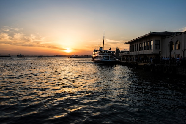 Alba sopra l'oceano a istanbul in turchia