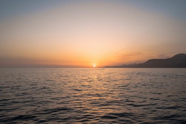 Alba sul mare e splendida vista sul mare