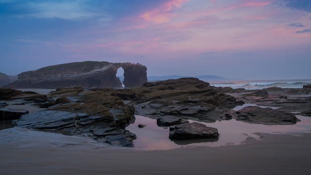 Alba sulla spiaggia delle cattedrali, galizia, spagna (playa de las catedrales)