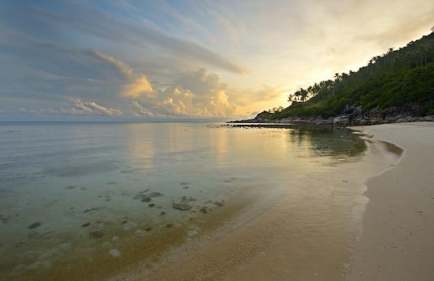 Alba sulla spiaggia deserta