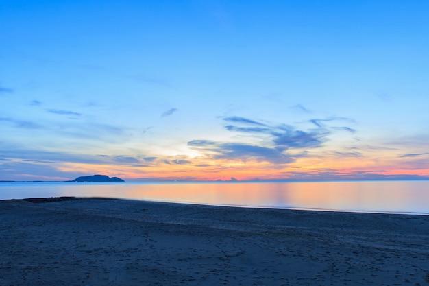Alba sulla spiaggia e bel cielo