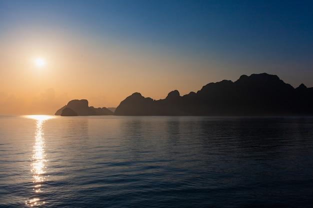 Alba tropicale sul traghetto dal molo di donsak a koh phangan.