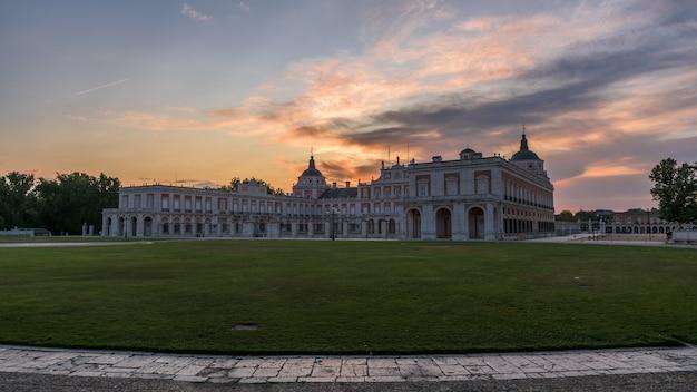 Alba variopinta sopra il palazzo storico di aranjuez, spagna