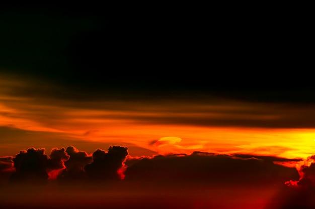 Alba variopinta sul cielo della nuvola della siluetta