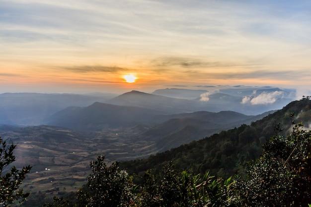 Alba vista del paesaggio a tropical mountain range phu rua national park