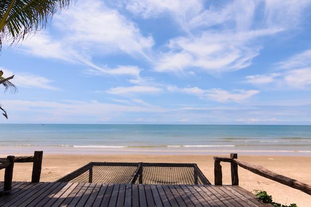Alberi di cocco contro il cielo blu. palme al litorale tropicale.