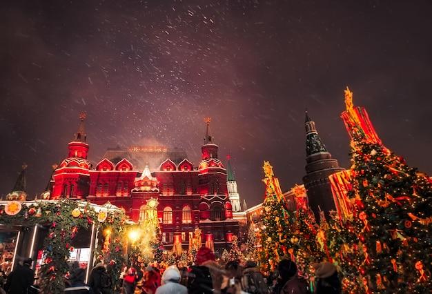 Alberi di natale decorati in onore della settimana di shrovetide a mosca vicino alla piazza rossa. paesaggio di belle vacanze con alberi di natale decorazioni natalizie.