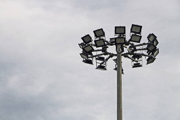Alberino della lampada dell'alta via con il cielo