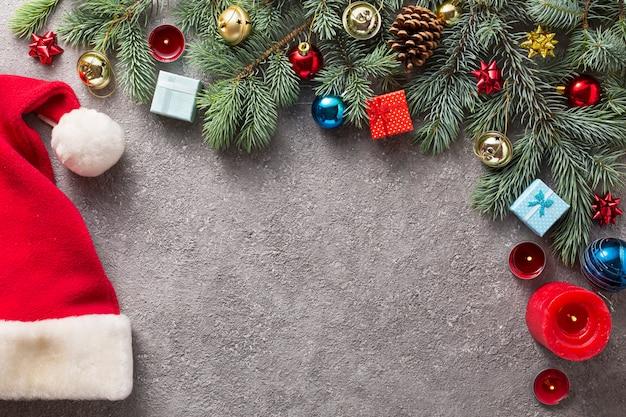 Albero di abete di natale con la decorazione su priorità bassa concreta grigia, vista superiore