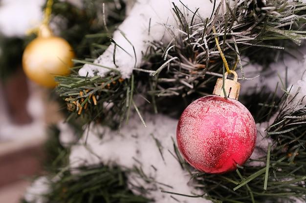 Albero di natale artificiale decorato con giocattoli di palline rosse e oro. vacanze invernali natale.