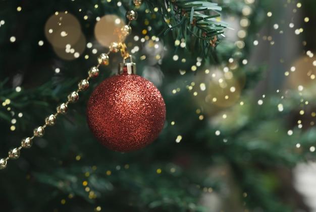 Albero di natale con decorazioni e luce bokeh sfondo. per natale e felice anno nuovo 2020.