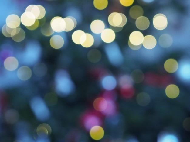 Albero di natale con luci sfocati e stella