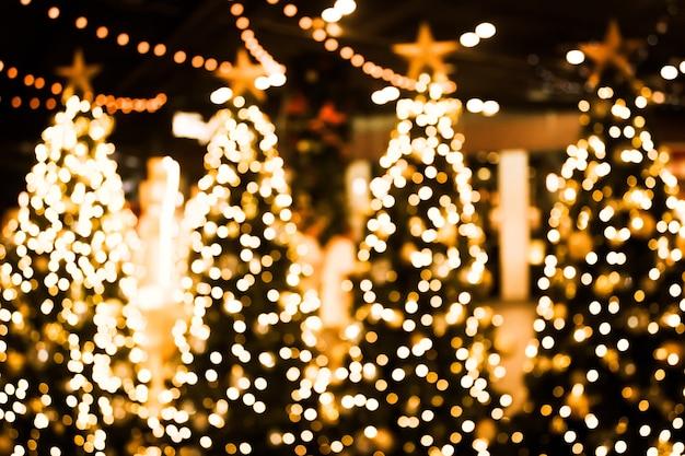Albero di natale con sfondo di luce bokeh oro.