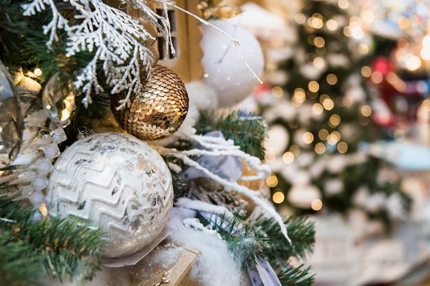 Albero di natale decorato con palline d'argento