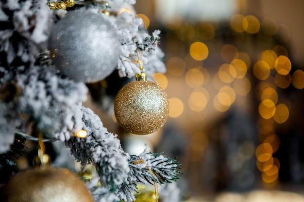 Albero di natale decorato su luci sfocate