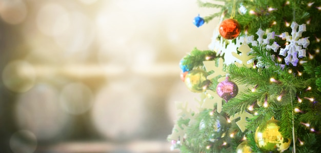 Albero di natale decorato su sfondo sfocato