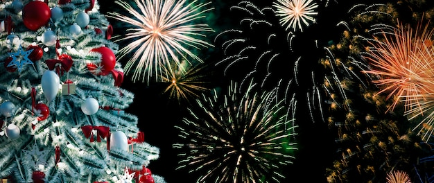 Albero di natale di fronte a fuochi d'artificio di capodanno