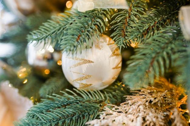 Albero di natale e decorazioni con sfocato, scintillante, incandescente. tema di felice anno nuovo