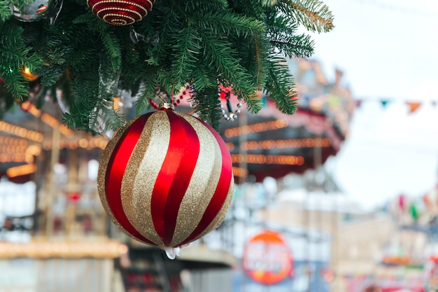 Albero di natale e decorazioni natalizie con neve, sfocata