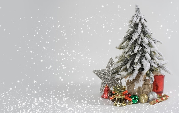 Albero di natale e decorazioni su sfondo bianco