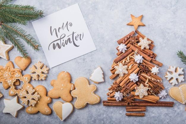 Albero di natale fatto di cannella con i biscotti tradizionali del pan di zenzero