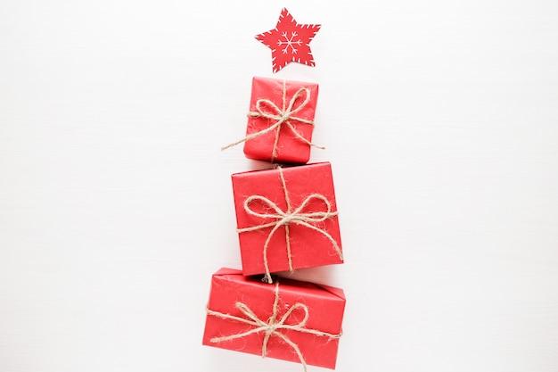 Albero di natale fatto di regali e regali colorati. distesi. concetto di vacanza