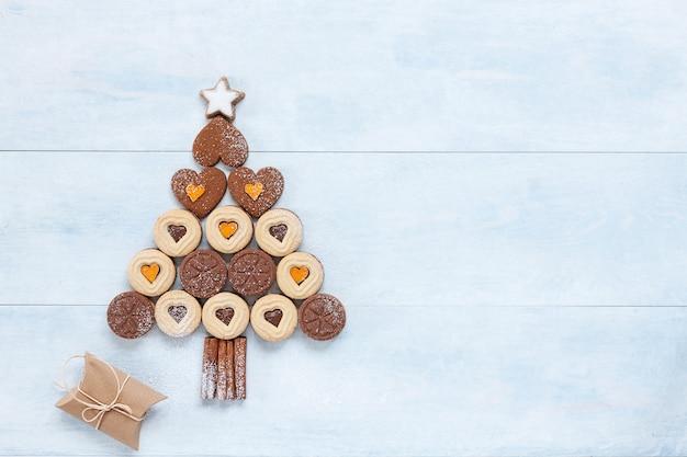 Albero di natale originale fatto di biscotti a forma di cuore