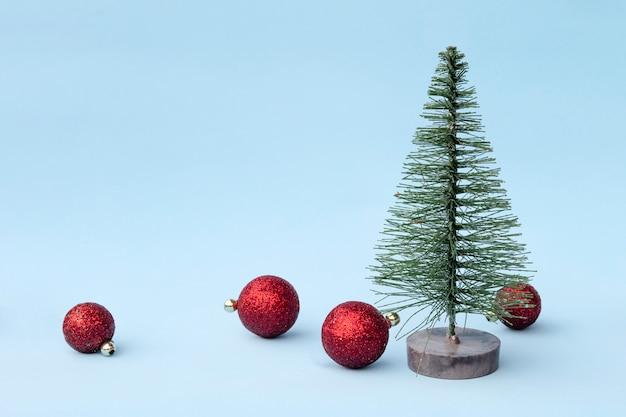 Albero di natale, ornamenti decorativi giocattoli su sfondo chiaro