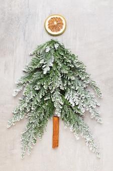 Albero di natale piatto giaceva sullo sfondo grigio. anno nuovo concetto. copia spazio. lay piatto. vista dall'alto.