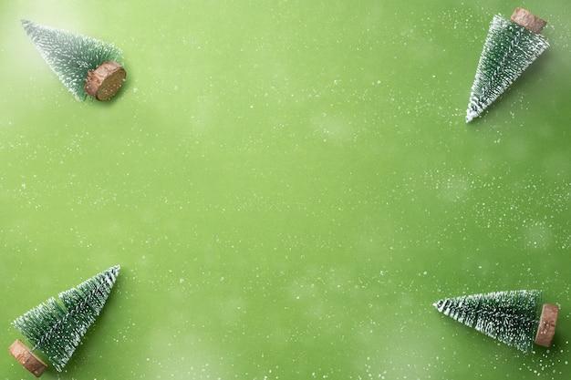 Albero di natale su calce verde con sfondo di neve che cade