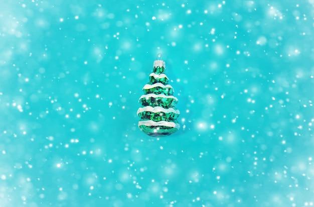 Albero di natale sulla neve, concetto minimo