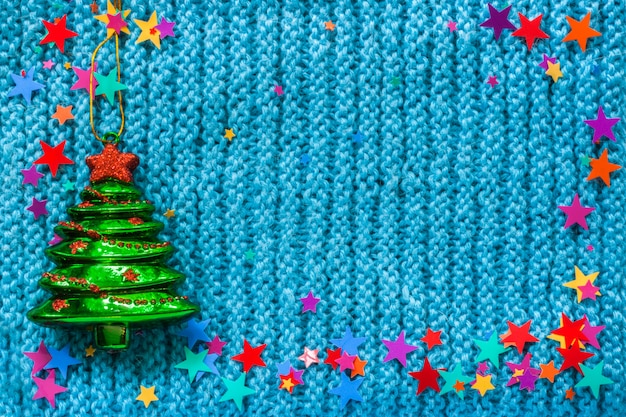 Albero di natale verde giocattolo di vetro e stelle colorate