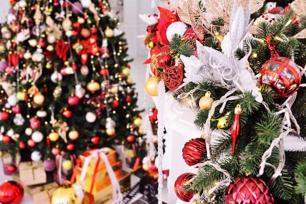 Albero di natale vuoto-sfondo di natale con giocattoli e decorazioni