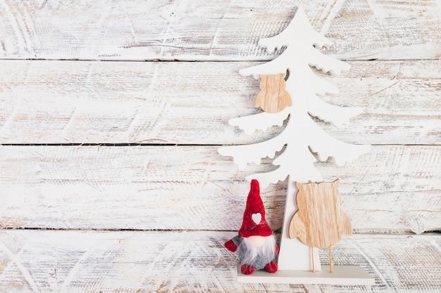 Albero e giocattoli di legno decorativi
