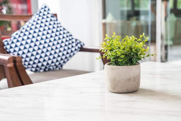 Albero in vaso decorazione sul tavolo in salotto