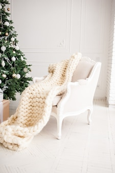 Albero interno del nuovo anno della stanza interna decorata classico di natale