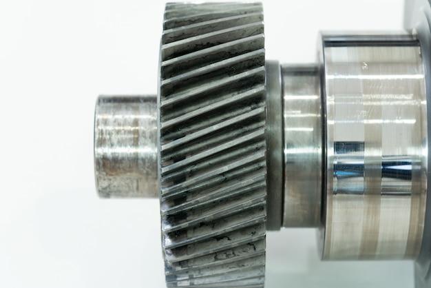 Albero motore del motore diesel su uno sfondo bianco