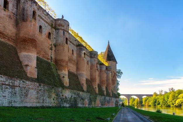 Albi nel sud-ovest della francia. albi è un sito patrimonio dell'umanità dell'unesco. vista sul fiume tarn e sulla cattedrale di saint cecile.