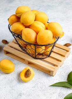 Albicocche biologiche fresche, frutta estiva, vista dall'alto