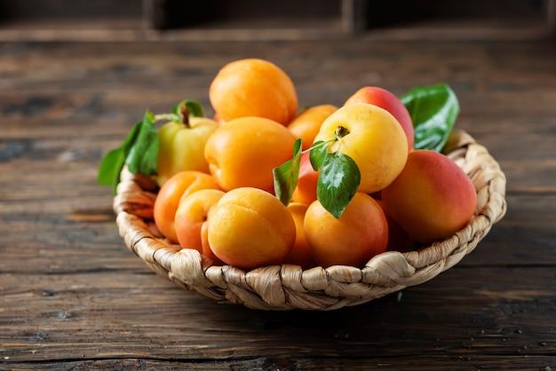 Albicocche dolci sulla tavola di legno