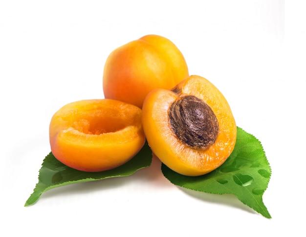 Albicocche gialle fresche con foglia verde