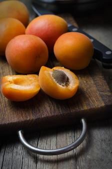 Albicocche mature deliziose sul tagliere di legno