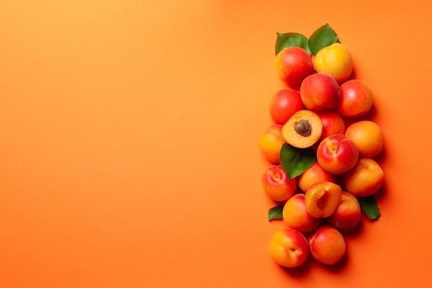 Albicocche saporite fresche sull'arancia