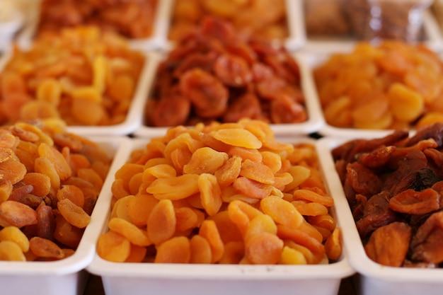 Albicocche secche, frutta secca, sul bancone del mercato.