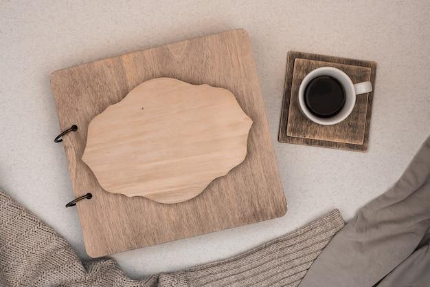 Album di famiglia con copertina in legno. copia spazio concetto di autunno caffè