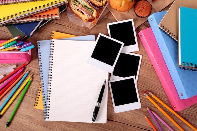 Album di foto sul tavolo del college