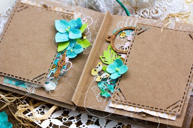 Album di scrapbooking di nozze di primavera in stile rustico con fiori di ortensia fatti a mano.