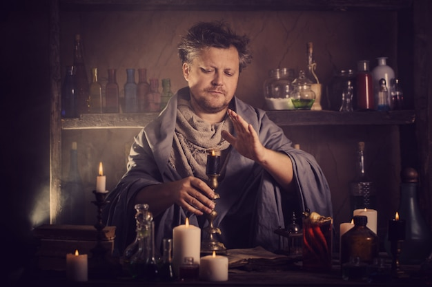 Alchimista al tavolo