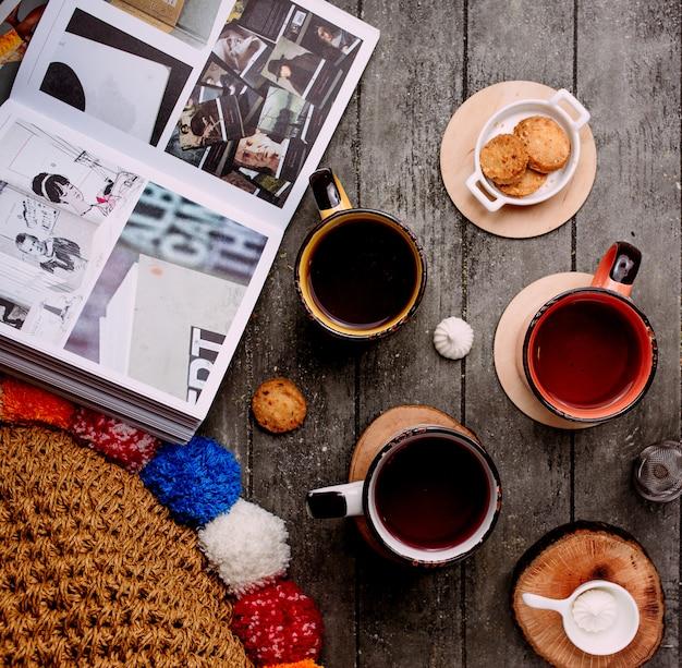 Alcune tazze con tè e biscotti